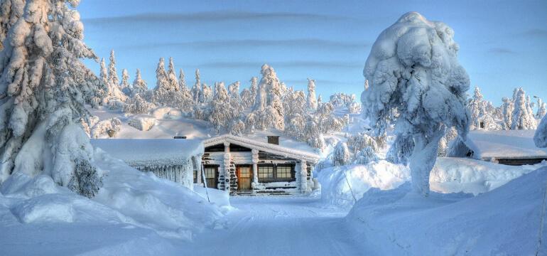 En svensk fjällvilla i ett vinterlandskap